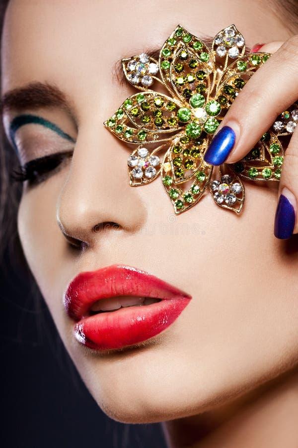 Kvinna med smycken royaltyfri foto