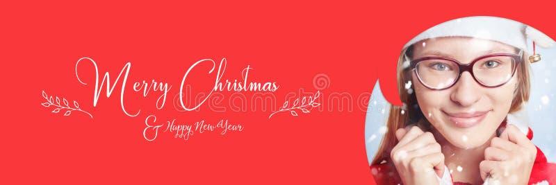 Kvinna med snö och slogan för glad jul arkivbilder