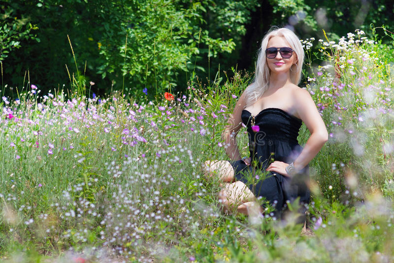 Kvinna med solglasögon royaltyfri foto