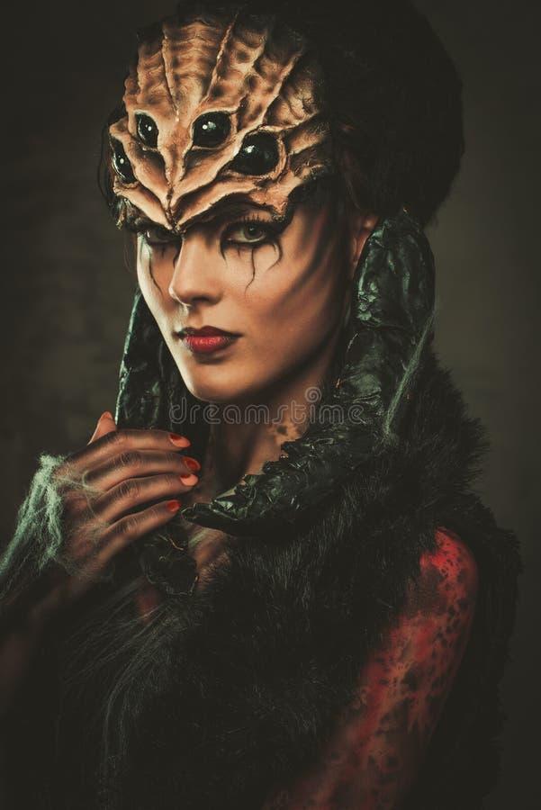 Kvinna med spindelkroppkonst arkivfoton