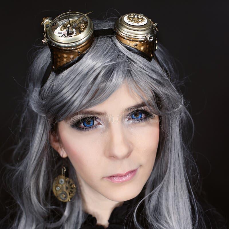 Kvinna med steampunkexponeringsglas arkivfoton