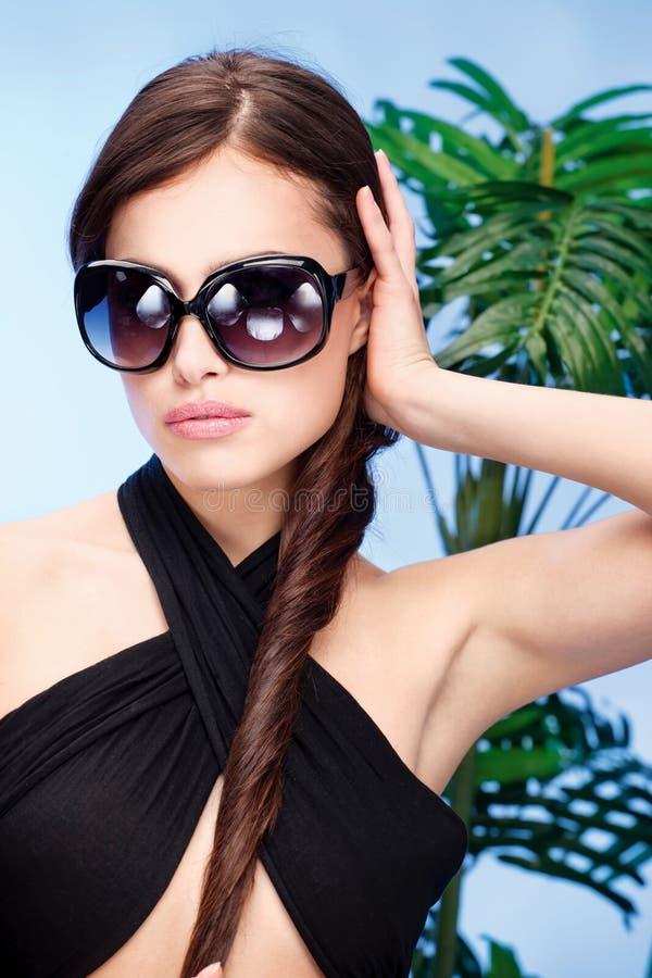 Kvinna med stora sunexponeringsglas fotografering för bildbyråer