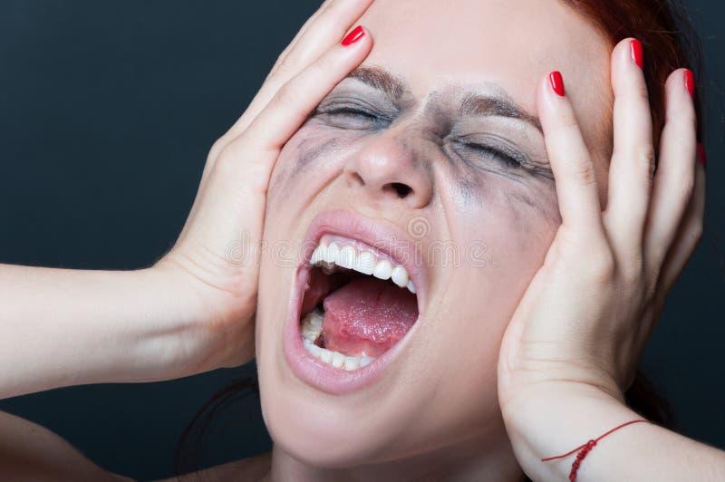 Kvinna med suddigt skrika för mascara royaltyfri fotografi