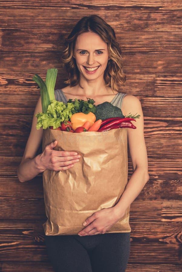Kvinna med sund mat royaltyfria foton