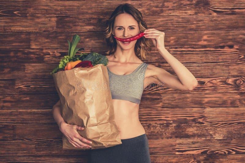 Kvinna med sund mat royaltyfri foto