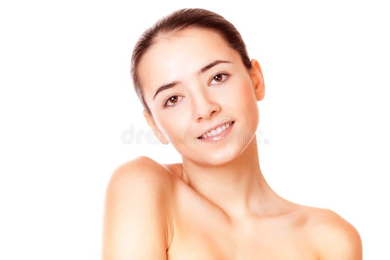 Kvinna med sund ren hud som ser kameran royaltyfri fotografi