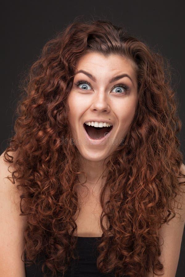 Kvinna med sunt brunt lockigt hår fotografering för bildbyråer