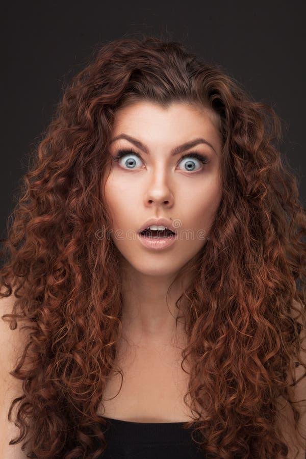 Kvinna med sunt brunt lockigt hår arkivfoton