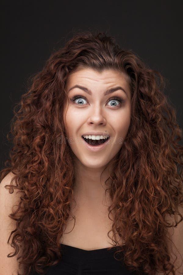 Kvinna med sunt brunt lockigt hår royaltyfri fotografi