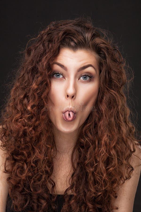 Kvinna med sunt brunt lockigt hår arkivbild