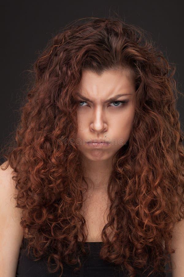 Kvinna med sunt brunt lockigt hår royaltyfria foton