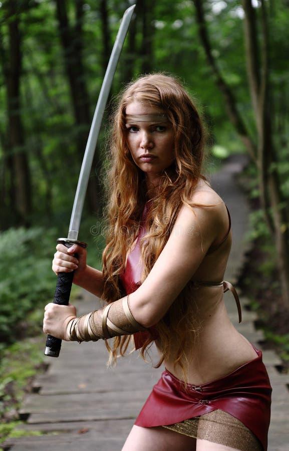 Kvinna med svärd fotografering för bildbyråer