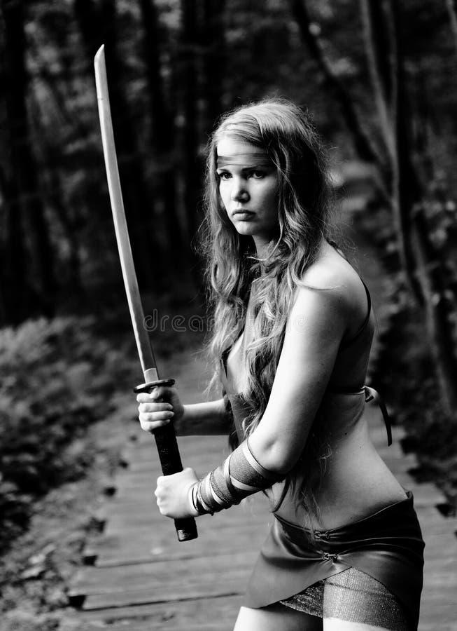 Kvinna med svärd royaltyfri bild