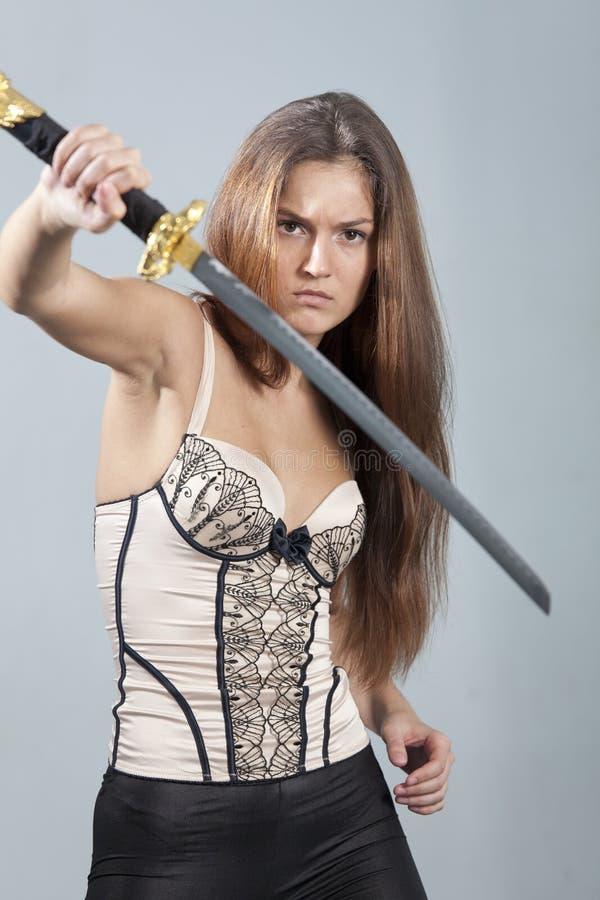 Kvinna med svärdstridighet royaltyfria foton