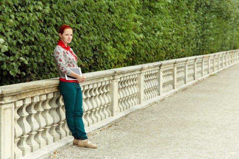 Kvinna med tabletdatoren fotografering för bildbyråer