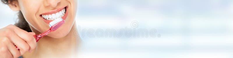 Kvinna med tandborsten royaltyfria bilder