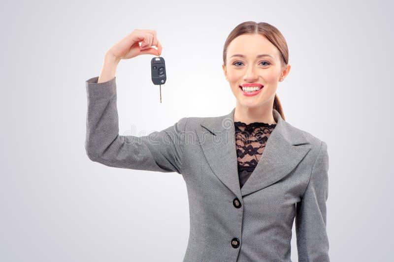 Kvinna med tangenter för en bil royaltyfri fotografi