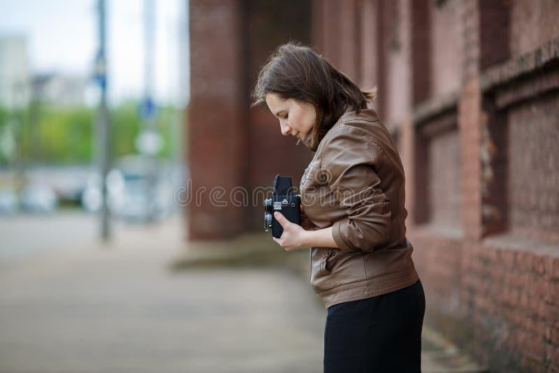 Kvinna med tappningkameran royaltyfri fotografi