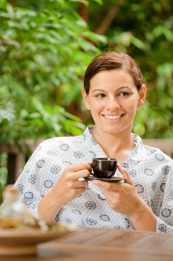 Kvinna med Tea royaltyfri foto
