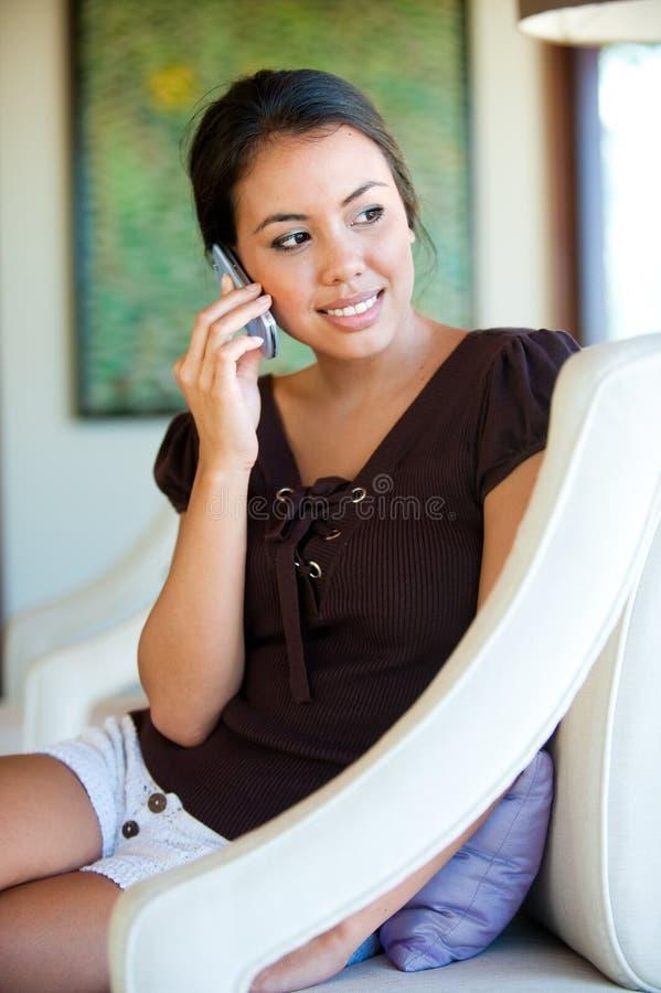 Kvinna med telefonen arkivfoto