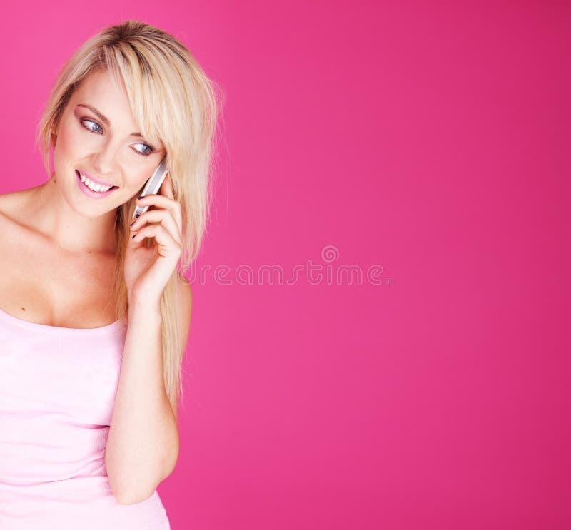 Kvinna med telefonen fotografering för bildbyråer