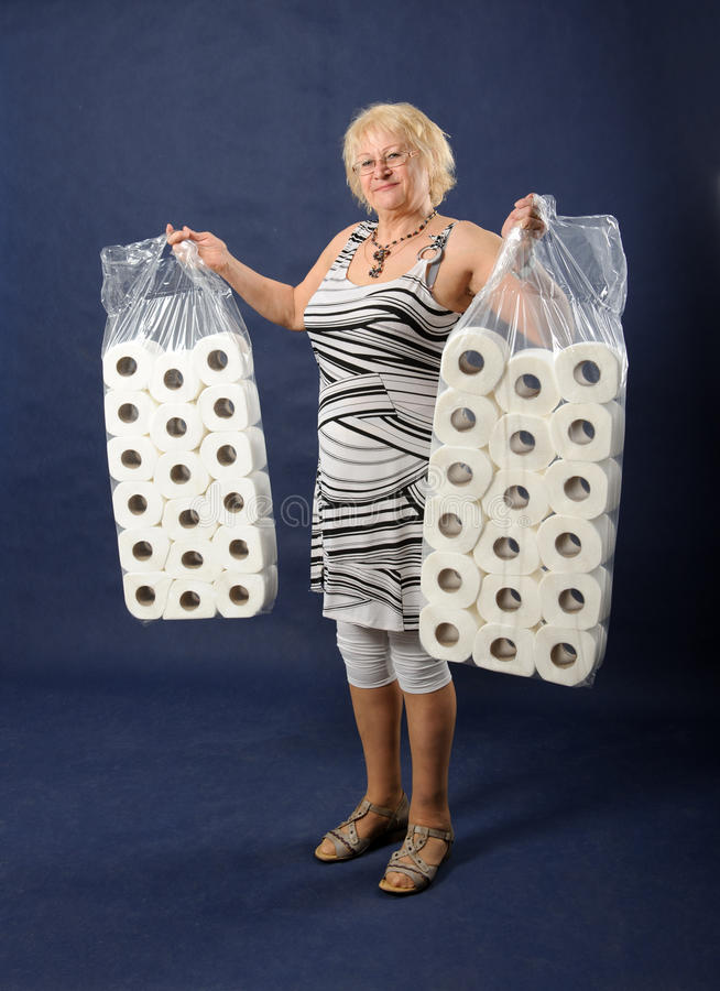 Kvinna med toalettpapper. royaltyfria foton