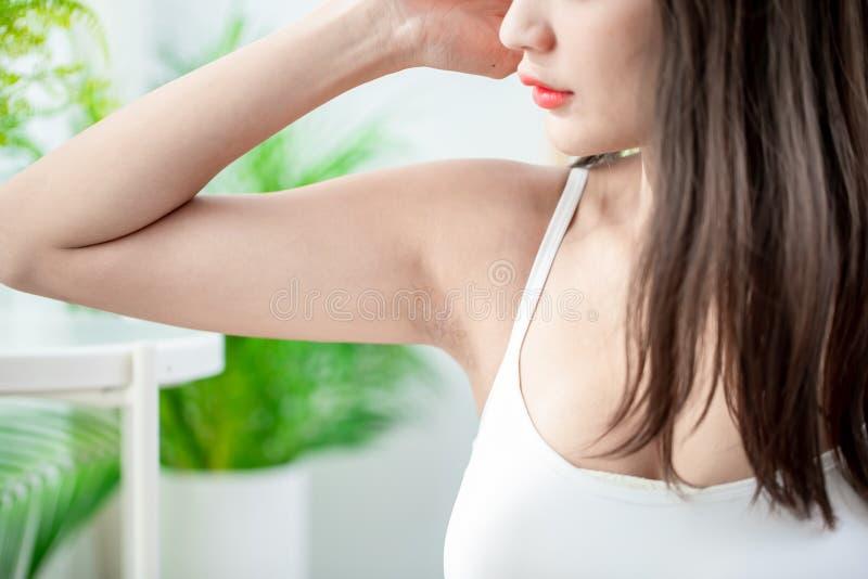 Kvinna med under-armh?laproblem royaltyfria bilder