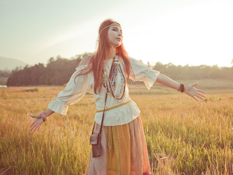 Kvinna med utsträckta armar royaltyfri fotografi