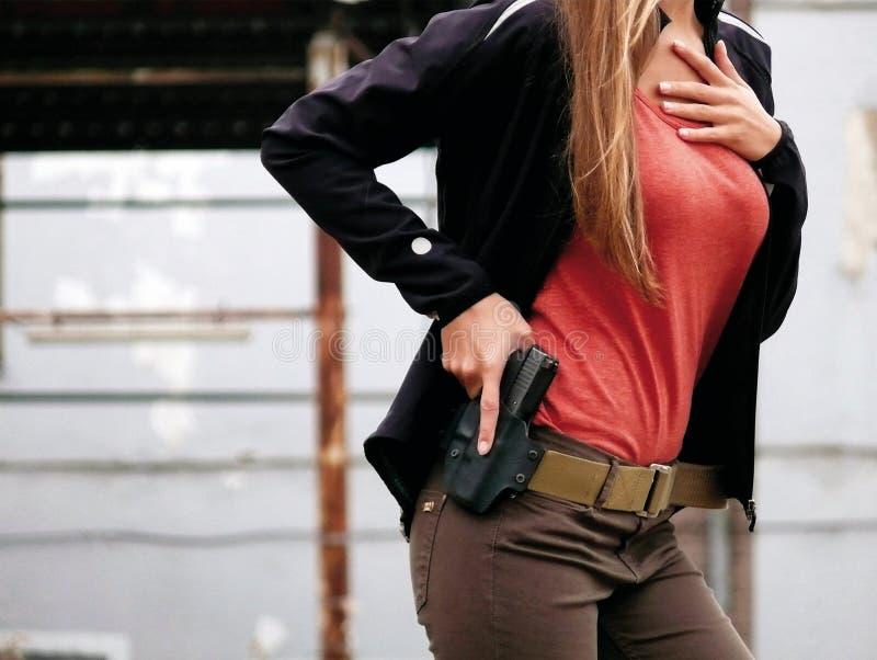 Kvinna med vapnet royaltyfria foton
