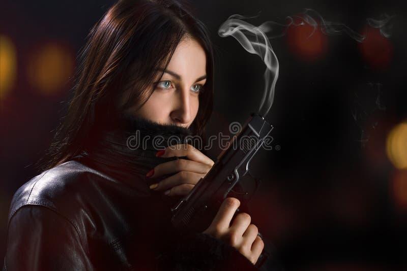 Kvinna med vapnet royaltyfri bild
