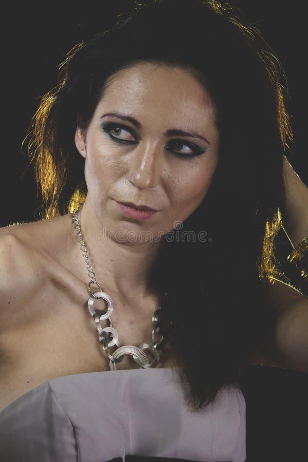 Kvinna med Venetian maskeringsmetall, ledset och eftertänksamt royaltyfria bilder