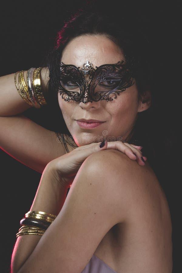 Kvinna med Venetian maskeringsmetall, ledset och eftertänksamt arkivbild