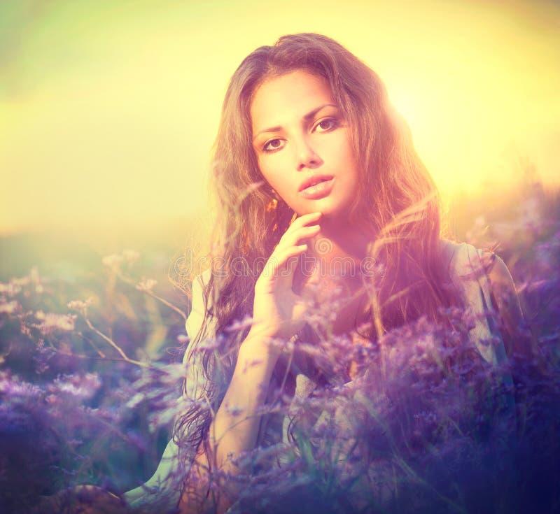 Kvinna med Violet Flowers royaltyfria foton