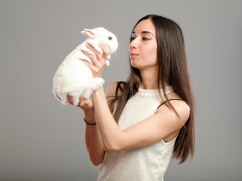 Kvinna med vit kanin fotografering för bildbyråer