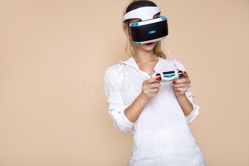 Kvinna med VR-exponeringsglas av virtuell verklighet Ung flicka i faktisk ökad verklighethjälm VR-hörlurar med mikrofon arkivbild