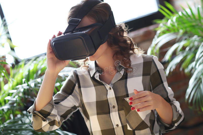 Kvinna med vrhörlurar med mikrofon fotografering för bildbyråer