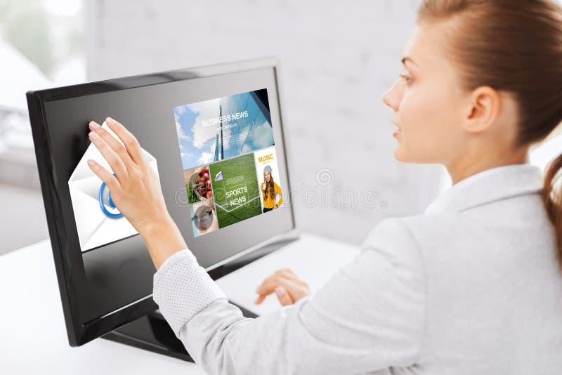 Kvinna med webbsidor på pekskärm i regeringsställning royaltyfri foto