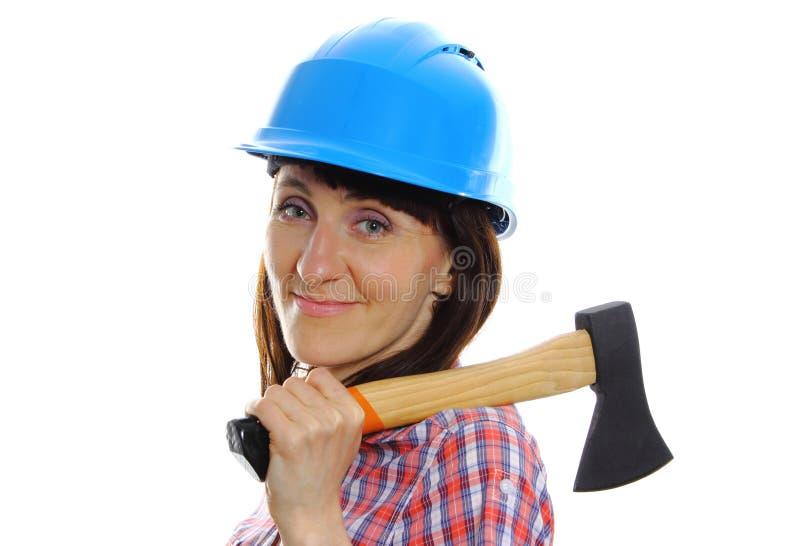 Kvinna med yxan som bär den skyddande blåa hjälmen arkivbilder