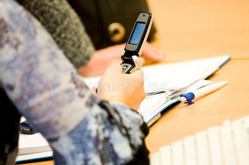 Kvinna mobil för handfungerings arkivfoto