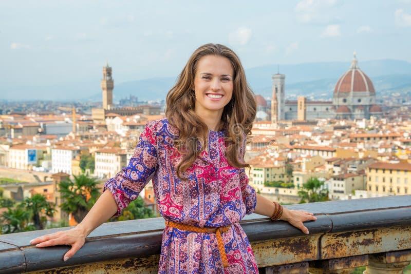 Kvinna mot panoramautsikt av florence, Italien arkivfoto