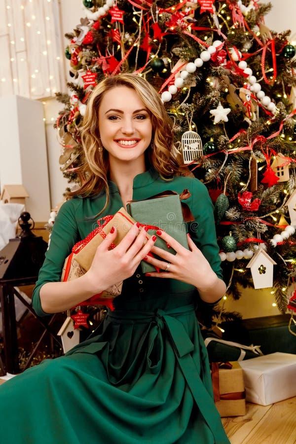 Kvinna nära julgran royaltyfri fotografi