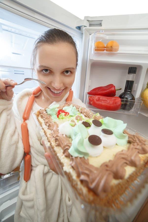 Kvinna nära kylskåpet royaltyfria bilder