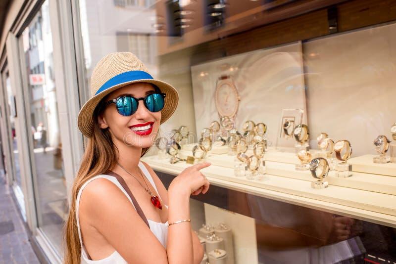 Kvinna nära ställa ut med klockor royaltyfri fotografi