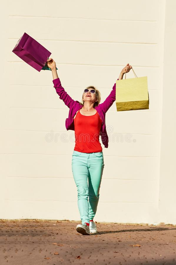 Kvinna, når att ha shoppat royaltyfri fotografi