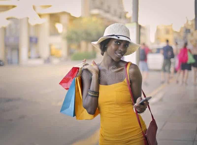 Kvinna, når att ha shoppat royaltyfria foton
