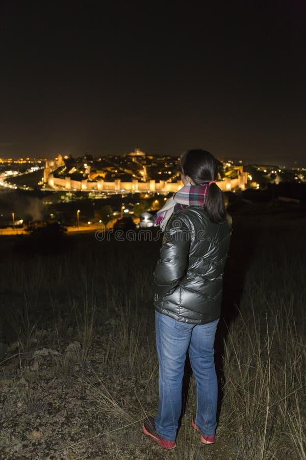 Kvinna observera nattsikten av staden arkivbild