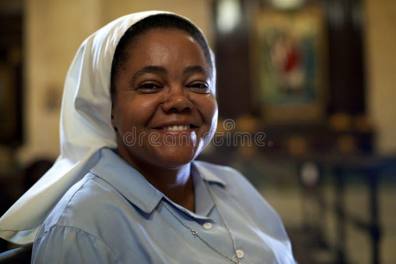 Kvinna och andlighet, stående av den katolska nunnan som ber i chur arkivfoto
