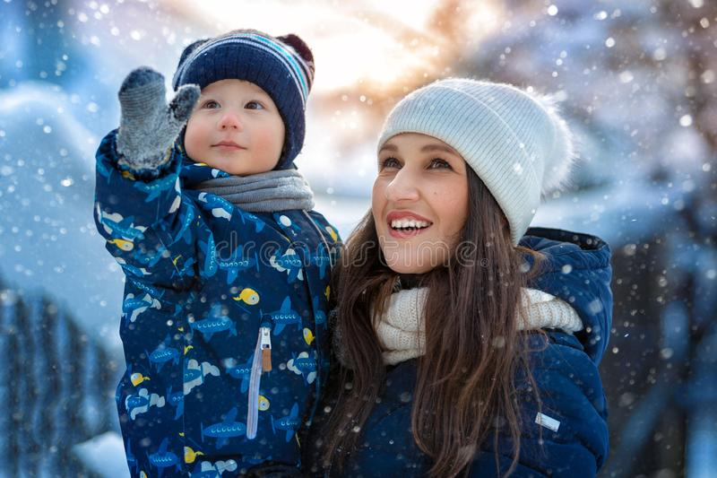 Kvinna och barn i vinter i natur lycklig stående för familj royaltyfria foton