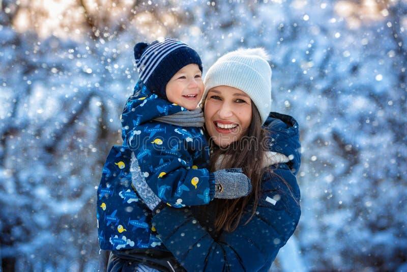 Kvinna och barn i vinter i natur lycklig stående för familj fotografering för bildbyråer
