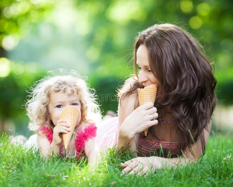 Kvinna och barn som har picknicken utomhus arkivfoto
